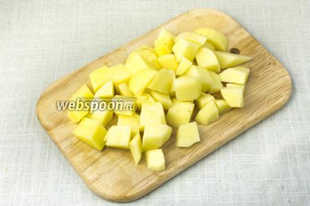 Картофель очистить и порезать на кубики.