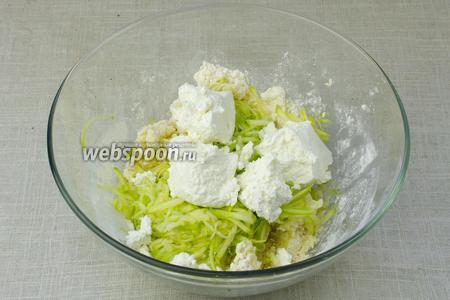 В миску добавить тёртый картофель, кабачок и творог. Массу тщательно перемешать.