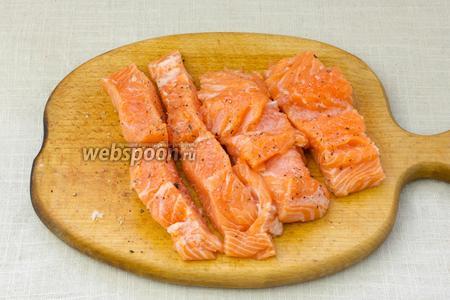 Рыбу промыть и обсушить при помощи бумажных салфеток. Отделить филе от кожи и костей. Посолить и поперчить. Взбрызнуть соком лимона.