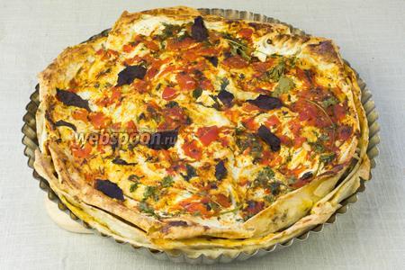 Затем фольгу снять и запекать до золотистой корочки около 10 минут. Пирог немного остудить и подавать с зелёным салатом.