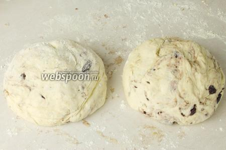 Разделить тесто на 2 равные части.