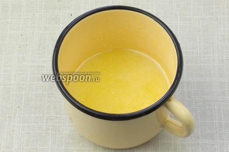 В металлической ёмкости растопить сливочное масло и сахар. Сироп должен приобрести золотистый цвет.