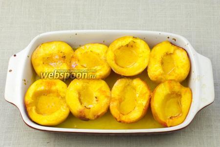 В форму влить сироп, уложить персики кожурой вниз и полить апельсиновым соком с цедрой. Посыпать ванильным сахаром.