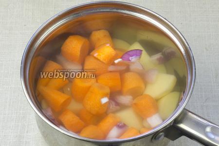 Количество продуктов указано для кастрюли объёмом в 1,5 литра.  В кастрюлю положить картофель, морковь, лук и чеснок. Залить кипятком и немного посолить. Довести до кипения.