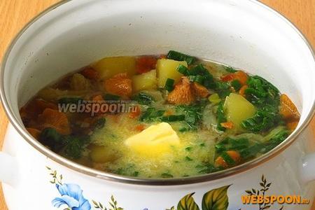 Суп снять с огня и заправить сливочным маслом.