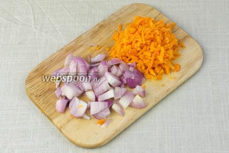 Морковь натереть на крупной тёрке. Лук мелко порубить ножом.