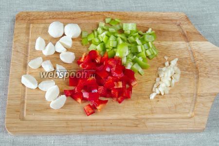 В это время подготовить начинку: крошить перцы кубиками, чеснок и лук мелко нарезать, шарики сыра Моцарелла порезать на 2-3 части.