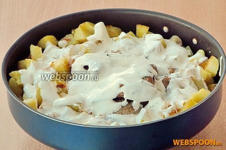 Запекать блюдо в духовке, разогретой до 270 °С, в течение 20 минут. К столу подать с овощами или овощным салатом. Верх можно посыпать измельчённой зеленью укропа.
