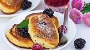 Фото рецепта Пышные оладьи с ягодной начинкой