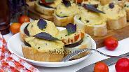 Фото рецепта Бутерброды под сырно-базиликовой корочкой