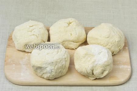 Разделить тесто на 5 равных по размеру шарика.