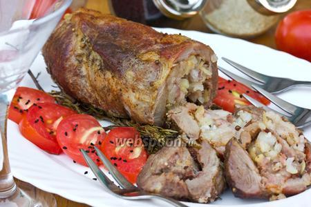 Мясной рулет с салом, запечённый на веточках розмарина