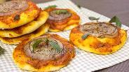 Фото рецепта Мини-пицца с луком