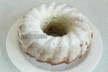 Когда кекс остынет до комнатной температуры, накрыть его широкой тарелкой, перевернуть и извлечь из формы. Посыпать сверху сахарной пудрой. Хранить в холодильнике.