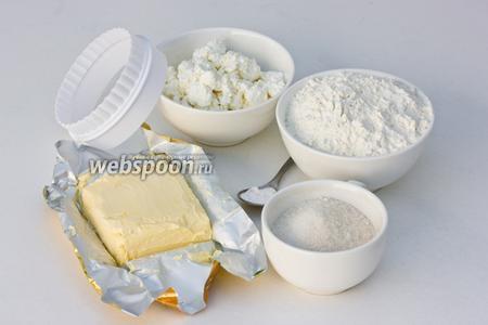 Подготовим необходимые ингредиенты: мягкое сливочное масло, домашний творог, пшеничную муку, сахар, соду и формочку для вырезания печений.