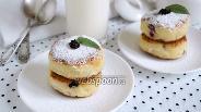 Фото рецепта Сырники с манкой и вяленой вишней