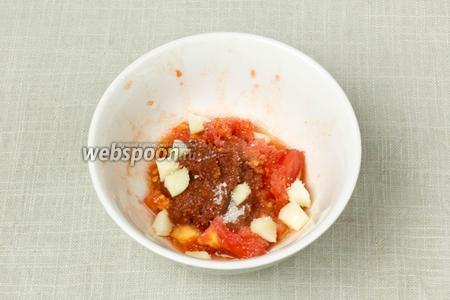В пиале смешать сердцевину помидор с томатной пастой, очищенным чесноком, сахаром и солью. Все ингредиенты измельчить при помощи блендера.