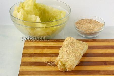 Обмакнуть конверт в капустный отвар и запанировать в сухарях, смешанных с перцем.