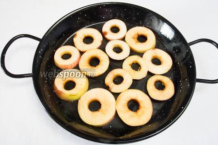 Разложить яблоки в один слой на подносах и противнях. Начинать сушку от 70 °C в духовке, когда испарится 2/3 воды (через 40 минут), температуру снизить до 50 °C , (30 минут). Остудить в духовке при открытой дверце. В солнечный день чередовать процедуру сушки, из духовки перенести подносы на солнце. Процесс сушки длится 6-10 часов.