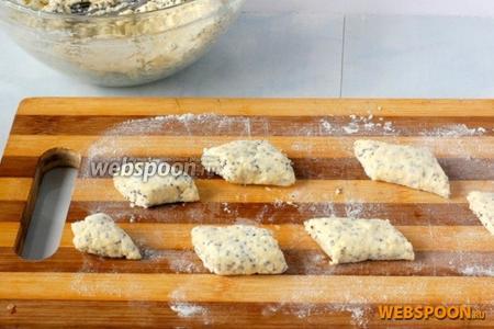 Прижать «колбаску» сверху и разрезать на небольшие ромбики.