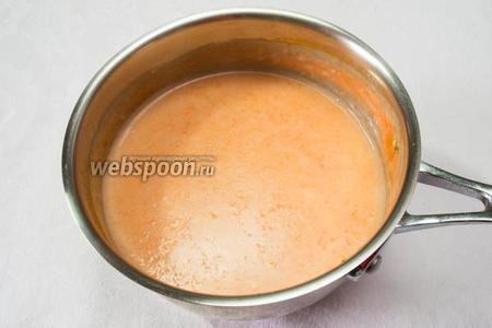 Тонкой струйкой влить молоко в морковную смесь. Варить, помешивая, пока масса не загустеет. Если любите густой, добавьте в молоко чуть больше крахмала.