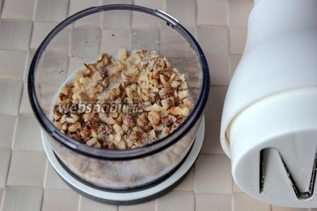 Грецкие орехи измельчите и перемешайте с ванильным сахаром.