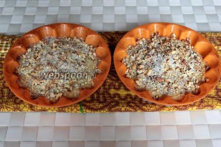Поставьте в разогретую до 190 °C духовку и запекайте около 30-40 минут (в разисимости от размера пшенника). Посыпьте практически готовые горячие пшенники сладкой ореховой крошкой и можно ещё несколько минут подержать их в остывающей духовке.