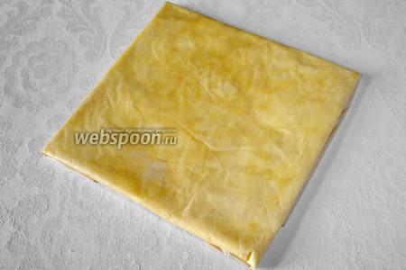 Сделать квадрат. С помощью скалки равномерно распределить масло. Отправить масло в холодильник минимум на 1 час.