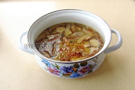 Выложить лук в суп, посолить (или всыпать овощную приправу с солью по вкусу), размешать и поварить в течение 5 минут.