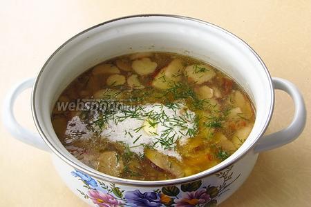 Кастрюлю снять с плиты, и положить в суп кусочек сливочного масла. Можно посыпать измельчённой зеленью укропа. При подаче заправить суп сметаной.
