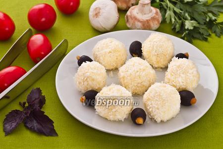 Шарики из плавленого сыра в кокосовой стружке
