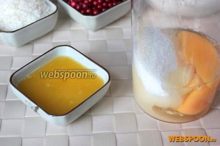 Растопите сливочное масло (например, в микроволновке на малой мощности) и пока оно остывает, взбейте яйца с сахаром.
