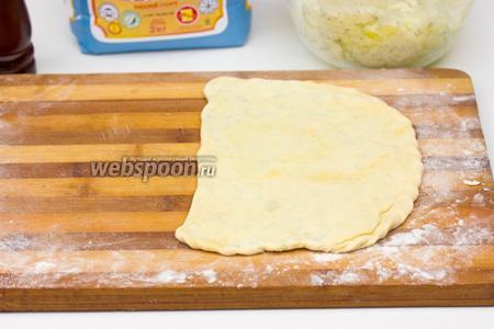 Накрываем второй частью, защипываем края и слегка раскатываем скалкой, но нужно тщательно следить за тем, чтобы тесто не прорывалось.