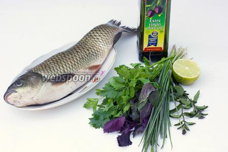 Для приготовления рецепта нам понадобится свежая целая рыба, свежие петрушка, базилик, мята, зелёный лук, лайм, морская соль, оливковое масло.