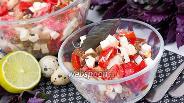 Фото рецепта Салат с брынзой ржаными сухариками помидорами и базиликом