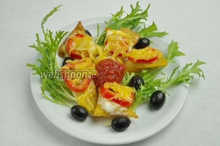 Подавать начос чипсы на листьях салата с нарезанным луком, оливками и соусом Сальса.