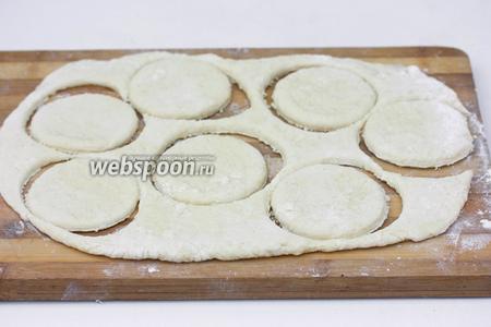 Вырезаем стаканом или круглой формочкой заготовки для вареников.