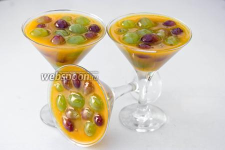 Ставим в холодильник до полного застывания желе. Подаём виноград в облепиховом желе на десерт.