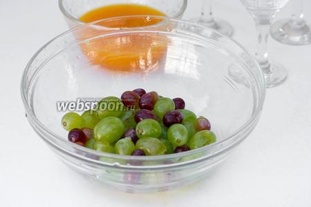 Виноград отделяем от веточек, моем ягоды.