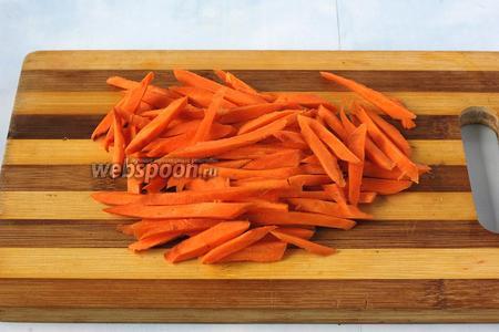 Морковь нарезать тонкой соломкой.