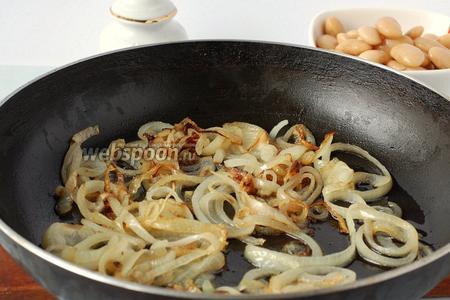 Поджарить лук на подсолнечном масле до лёгкой золотистости.