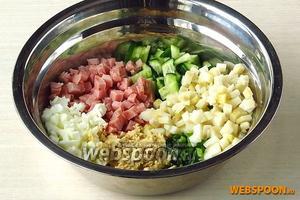 Сложить все подготовленные продукты в миску.