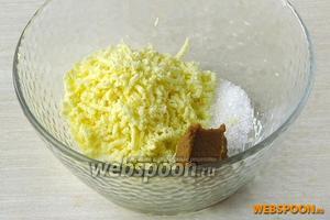 Желтки натереть на мелкой тёрке, добавить к ним горчицу, немного соли и сахара.