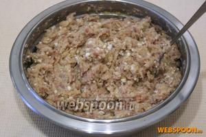 Сельдь, яичные белки, картофель, лук, отжатый батон и яблоко дважды пропустить через мясорубку.