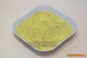 Желтки перетереть с сахаром, растительным маслом, горчицей и чёрным молотым перцем. Оставить немного желтка для украшения форшмака.