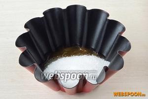 Пюре выложить в небольшую огнеупорную ёмкость и всыпать в него сахар.