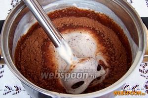 Половину смеси отливаем в отдельную посуду и оставляем, она уже готова. К оставшейся добавляем какао порошок.