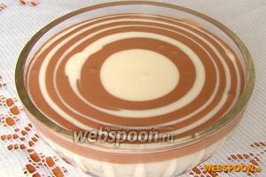 Продолжаем поочередно наливать по 2 столовых ложки белой и коричневой смеси, пока посудина не будет заполнена. Наливать стараемся строго по центру, чтобы получались цветные кольца.