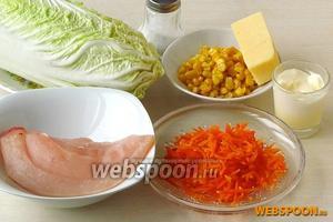 Для приготовления салата нужно взять пекинскую капусту, готовую морковь по-корейски, консервированную кукурузу, куриное филе, твёрдый сыр, майонез и соль.