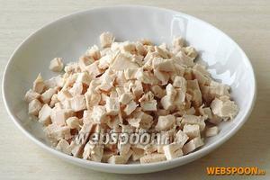 Куриное филе залить небольшим количеством холодной воды, отварить до мягкости, в конце варки посолить, а затем обсушить, остудить и нарезать мелкими кубиками.